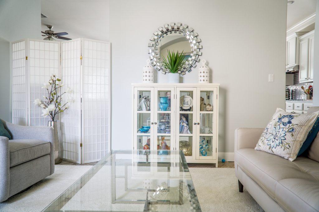 Casa pequeña se vea más grande muebles transparentes y espejos